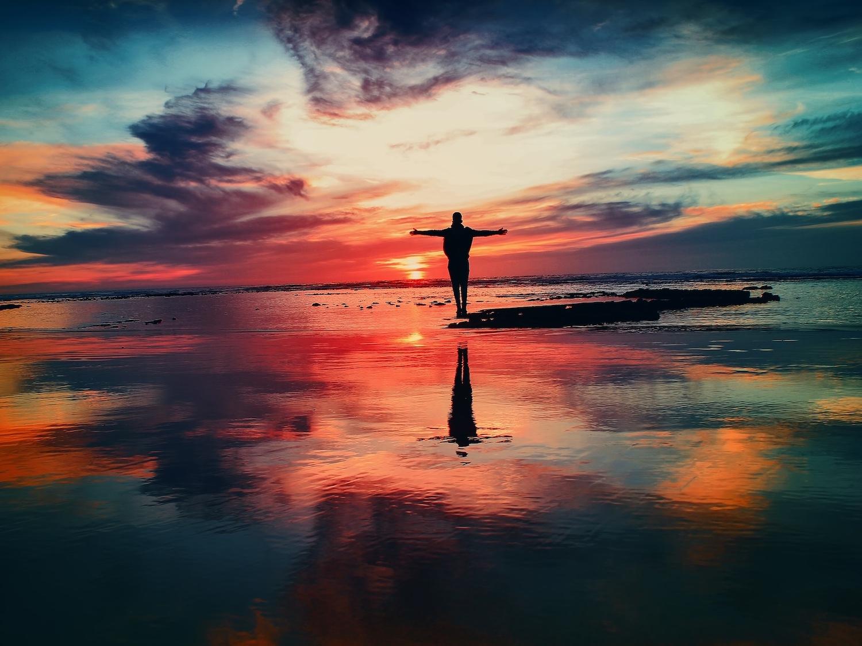 Aprender a meditar practicando la meditación vipassanā, nos permitirá vivir más tranquilos, llevar una vida sin tantos sobresaltos, aceptar las experiencias de la vida, aprender a resolver con sabiduría y de la mejor forma posible todas las cosas que nos suceden en la vida cotidiana. La meditación vipassanā nos da felicidad al aprender a ver las cosas como realmente son.